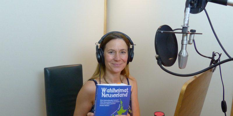 Friederike Solak bei den Hörbuchaufnahmen im studiolongboard